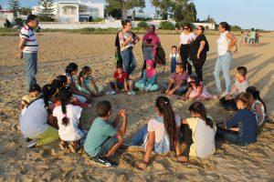 groupe enfants sur la plage pour sensibilisation environnementale