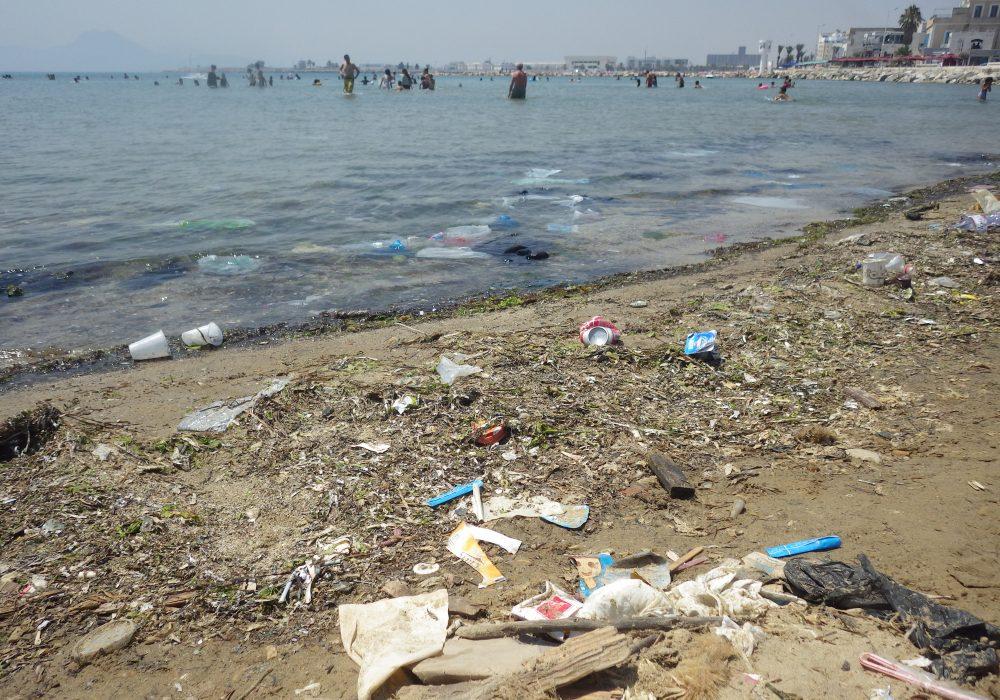 Déchets en bord de plage Tunis la Goulette